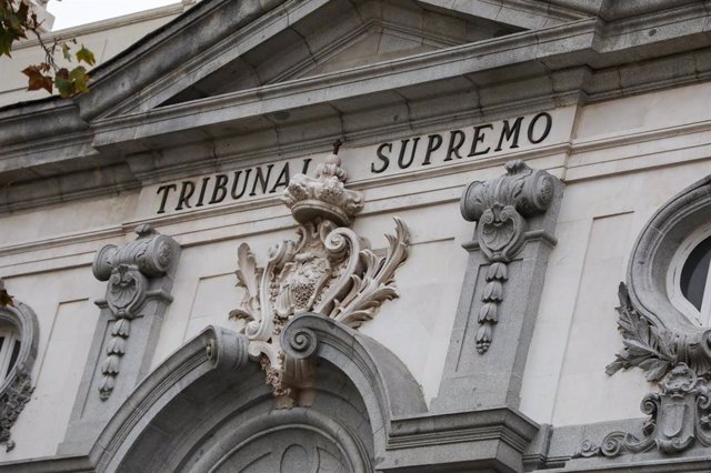 Escudo de España en la fachada del edificio del Tribunal Supremo