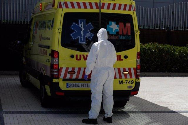 Un sanitario abre la puerta trasera de la unidad móvil del SUMMA a su llegada al Hospital Puerta de Hierro tras trasladar a un paciente desde la UVI del hospital temporal de IFEMA
