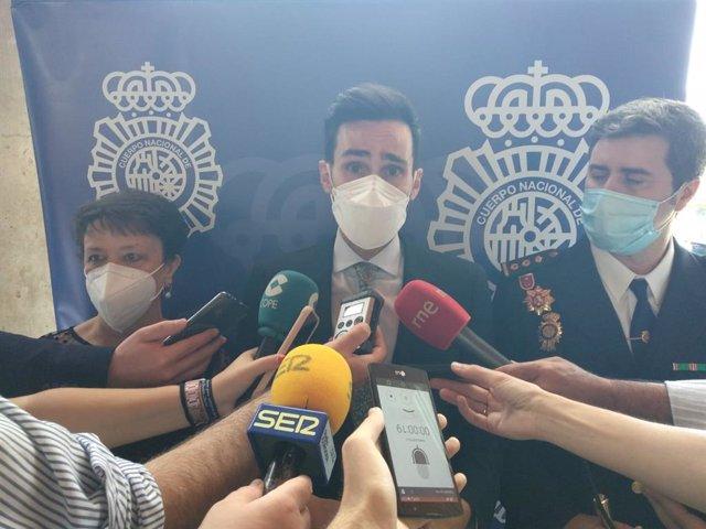 El secretario de Estado de Seguridad, Rafael Pérez, atiende a los periodistas.