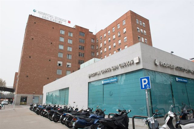 Fachada del Hospital Clínico San Carlos donde se lucha contra el coronavirus, en Madrid (España).