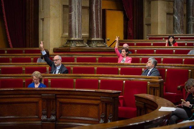 Els diputats Eduard Pujol i Anna Caula al Parlament.