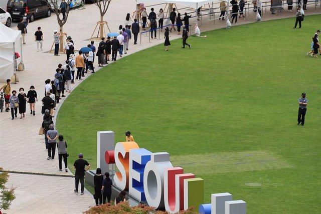 Ciudadanos de Seúl hacen cola para el velatorio del difunto alcalde Park Won Soon