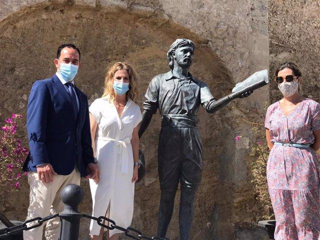 Ana Mestre con el alcalde de Vejer