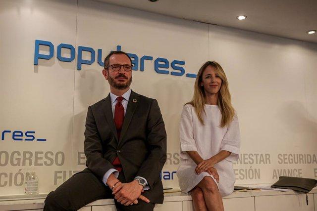 Los portavoces del Partido Popular en el Senado, Javier Maroto (i) y en el Parlamento, Cayetana Álvarez de Toledo (d), posan durante la reunión del Comité Ejecutivo Nacional del Partido Popular en la sede nacional del partido, en Madrid (España), a 15 de