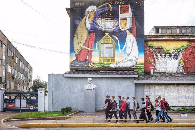 Imatge d'arxiu d'un grup de joves passejant per Minsk.