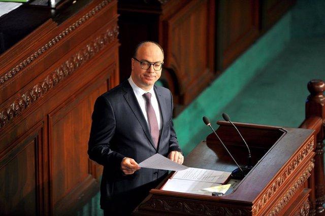 El primer ministro de Túnez, Elies Fajfaj, ante el Parlamento
