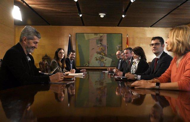 Despacho del Congreso, durante la reunión de la Comisión Permanente de Coordinación entre PSOE y Unidas Podemos, a la que han acudido entre otros, la portavoz del PSOE en el Congreso, Adriana Lastra (3d) y la  secretaria de Estado de la Agenda 2030, Ione