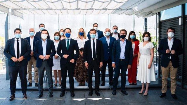 El líder del PP, Pablo Casado, posa con sus barones terirtoriales tras un almuerzo en la sede nacional del PP al término del Comité Ejecutivo Nacional.