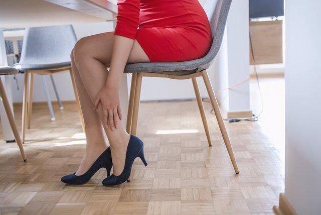 Mujer con dolor de piernas, piernas dormidas.