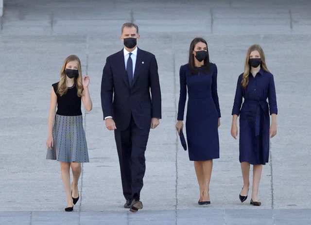 El rey Felipe VI (2i), la reina Letizia (2d), la infanta Sofía (d) y la Princesa de Asturias (i) a su llegada al homenaje de Estado a las víctimas de la pandemia de coronavirus celebrado en el Palacio Real de Madrid (España), a 16 de julio de 2020.