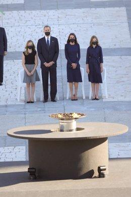 El rey Felipe VI (2i), la reina Letizia (2d), la infanta Sofía (d) y la Princesa de Asturias (i) al comienzo del homenaje de Estado a las víctimas de la pandemia de coronavirus celebrado en el Palacio Real de Madrid (España), a 16 de julio de 2020.