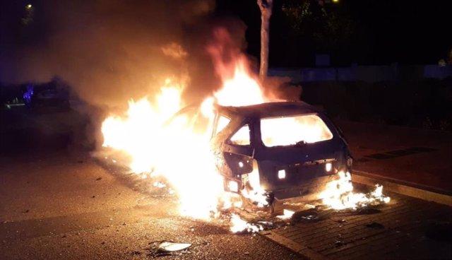 Incendio en un turismo en la calle Miguel Ruiz de Temiño, en Valladolid.
