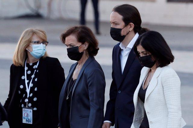 (De 2i a d) La vicepresidenta primera Carmen Calvo, el vicepresidente segundo Pablo Iglesias y la ministra de Política Territorial y Función Pública, Carolina Darias, a su llegada al homenaje de Estado a las víctimas de la pandemia.