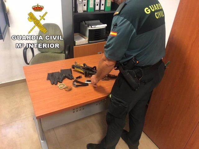 Material recuperado por la Guardia Civil tras el robo frustrado en una farmacia y un domicilio de Villanueva del Río y Minas (Sevilla)