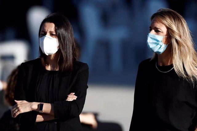 La presidenta de Ciudadanos, Inés Arrimadas, y la portavoz del Partido Popular en el Congreso de los Diputados, Cayetana Álvarez de Toledo, en la ceremonia de Estado por las víctimas del coronavirus, celebrada en el Palacio Real de Madrid.