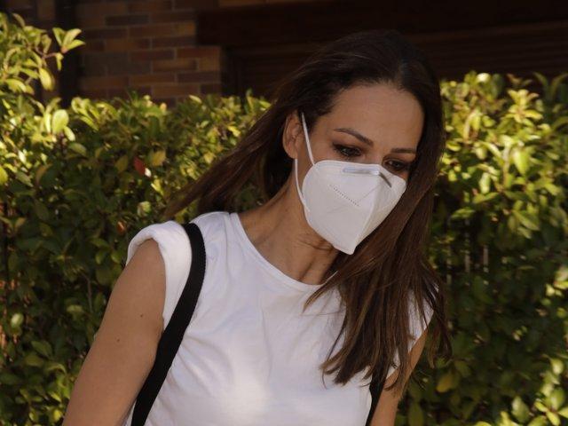 Eva González sale de su casa
