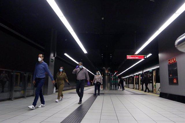 Viajeros con mascarillas en un andén de la estación de metro de Málaga. En Málaga (Andalucía, España), a 04 de mayo de 2020.