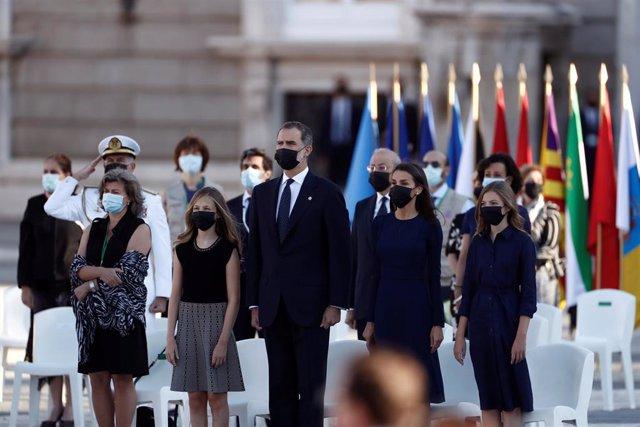 El rey Felipe VI, junto a la reina Letizia, la princesa de Asturias y la infanta Sofía, durante el minuto de silencio en el homenaje a las víctimas del Covid-19