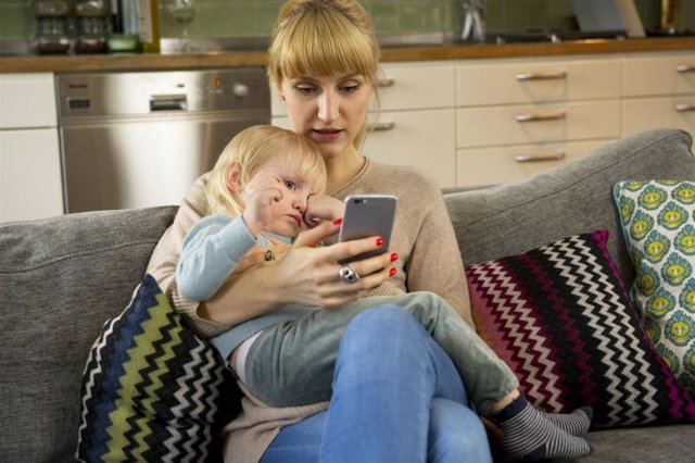 Mujer, hijo, móvil, telemedicina
