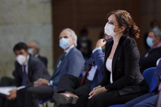 La presidenta de la Comunidad de Madrid, Isabel Díaz Ayuso, y el consejero de Sanidad, Enrique Ruiz Escudero, durante el homenaje organizado por el periódico 'La Razón' al personal sanitario implicado en la lucha contra el COVID-19, en Madrid (España).
