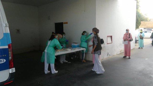 Pruebas PCR a las temporeras marroquíes que permanecen en Huelva.