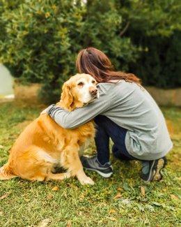 Una imagen de una mujer y su perro