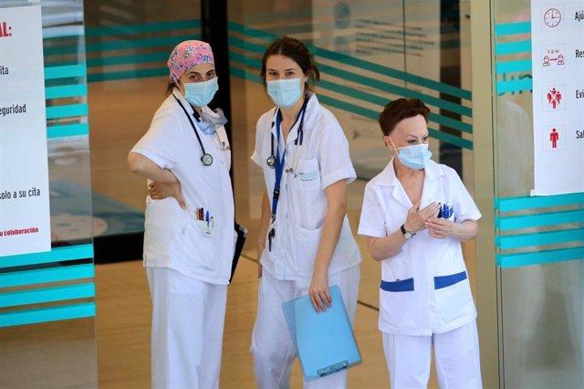Los sanitarios de la Fundación Jiménez Díaz salen a despedir a un paciente dado de alta tras padecer el coronavirus, en Madrid (España), a 22 de mayo de 2020.