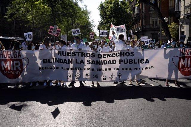 Varios sanitarios sostienen una pancarta en la que se lee 'Nuestros derechos blindan la sanidad pública', durante una manifestación en la que cerca de un millar de médicos internos residentes (MIR) de la Comunidad de Madrid se concentran en su primera jor
