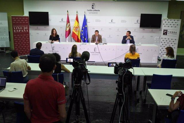 El consejero de Agricultura, Francisco Martínez Arroyo, en la firma del acuerdo con la Interprofesional del Vino de España.