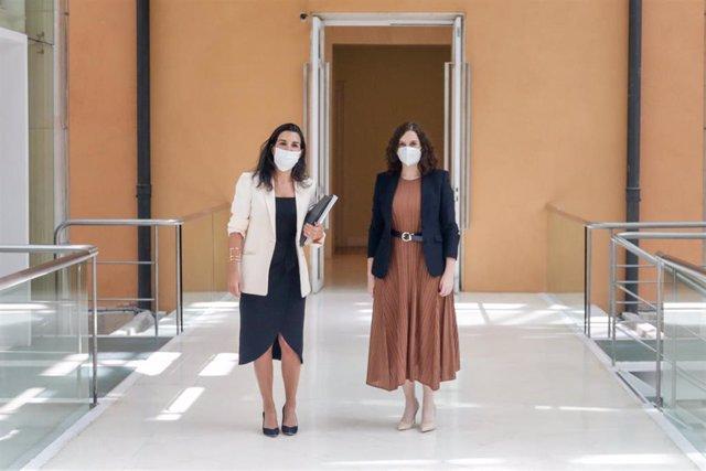 La presidenta de la Comunidad de Madrid, Isabel Díaz Ayuso (d); y la portavoz de Vox en la Asamblea, Rocío Monasterio (i), antes de mantener una reunión. En Madrid (España) a 4 de junio de 2020.