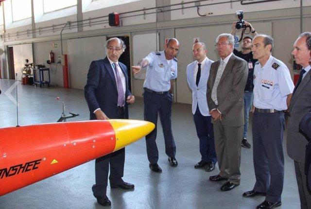 Foto de archivo de una visita de Rogelio Velasco y Julio Díaz a las instalaciones del INTA en el Arenosillo.