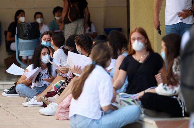 Estudiantes a la espera de ser llamados para la realización de las pruebas de Evaluación para el acceso a la Universidad, EVAU tradicionalmente llamada selectividad. Málaga a 07 de julio del 2020