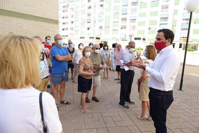 Los socialistas Daniel Perez y Begona Medina con vecinos de Tomas de Echevarria.