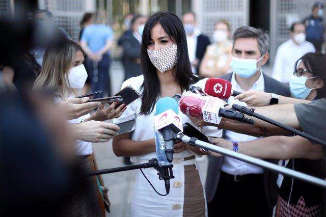 La vicealcaldesa de Madrid, Begoña Villacís, ofrece declaraciones a los medios de comunicación tras participar en el minuto de silencio convocado en las puertas de acceso a todas las dependencias municipales.