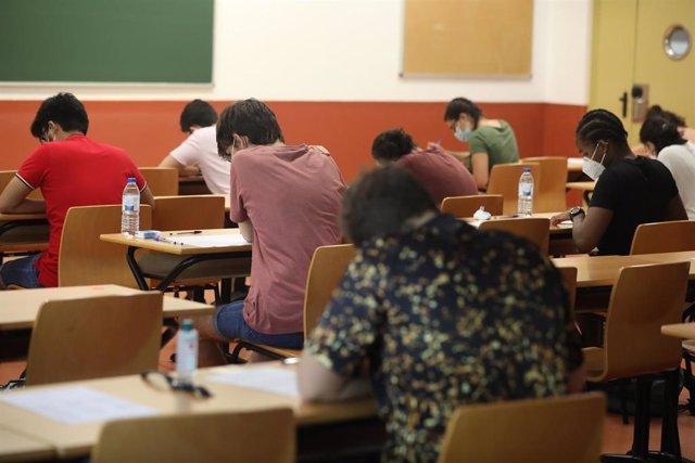 Estudiantes de las asignaturas troncales de la rama de Ciencias se examinan de las pruebas de la Evaluación de Acceso a la Universidad (EVAU)  en la Puerta del Aulario II del Campus de Móstoles de la Universidad Rey Juan Carlos, en Móstoles, Madrid.