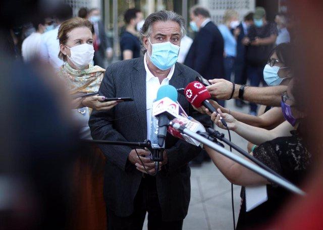 El portavoz del PSOE en el Ayuntamiento de Madrid, Pepu Hernández, ofrece declaraciones a los medios de comunicación tras participar en el minuto de silencio por el último asesinato machista.