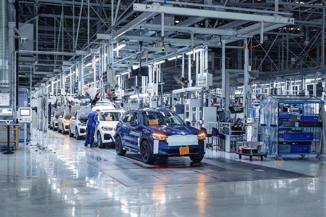Imagen de una planta de producción de vehículos.