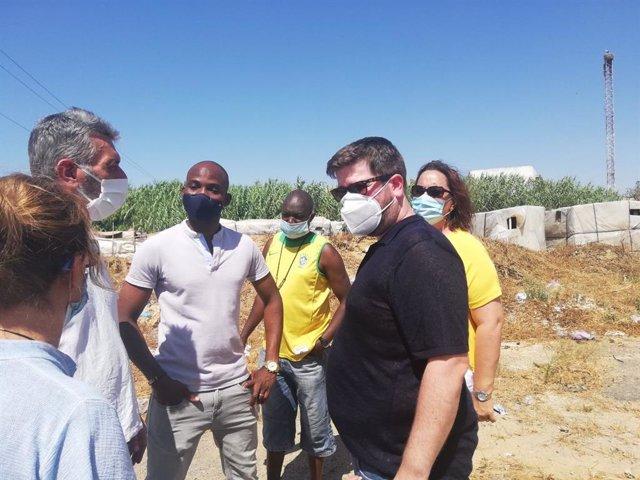 Miguel Urbán y Angela Aguilera, en su visita a un asentamiento de Lepe.