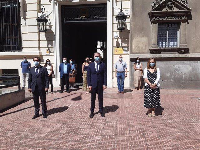 El delegado del Gobierno en Madrid, José Manuel Franco, ha presidido hoy a las 12 horas en la puerta principal de la sede de la Delegación el minuto de silencio en memoria de la mujer de 31 años, de nacionalidad rumana, víctima de violencia de género