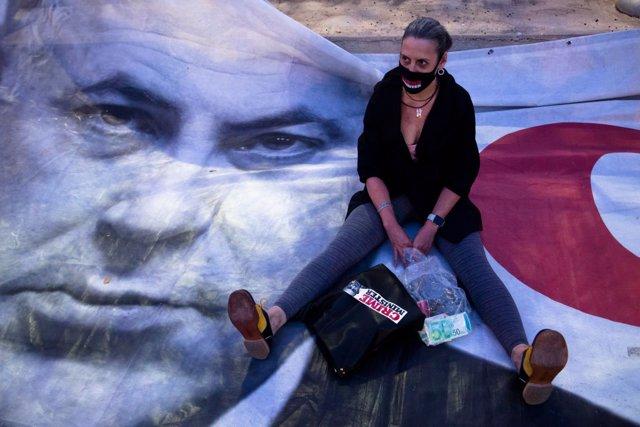 Un manidestante en una protesta contra Netanyahu en Tel Aviv