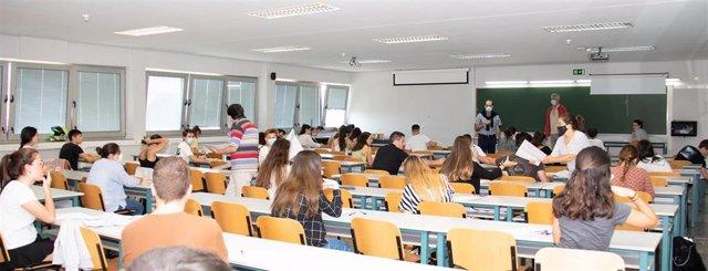 Estudiantes realizando la EBAU en la UC