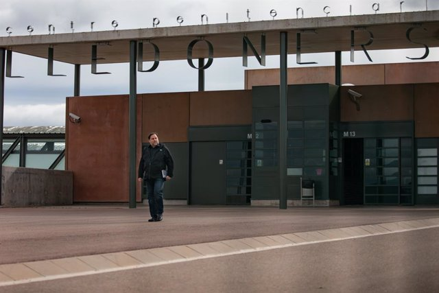 El líder d'ERC, Oriol Junqueras, en l'exterior de la porta del Centre Penitenciari Lledoners, a Sant Joan de Vilatorrada (Barcelona, Catalunya, Espanya), a 3 de març de 2020.