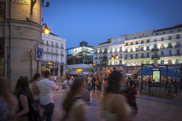 Lona de promoción turística en la Puerta del Sol de Madrid-.