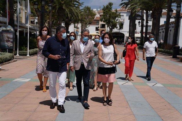 Elías Bendodo pasea por Nerja junto al alcalde, José Alberto Armijo, y la delegada de la Junta en Málaga, Patricia Navarro.