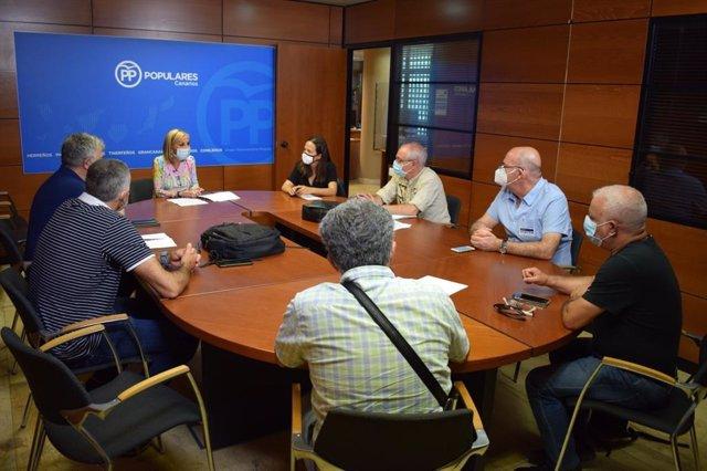 La portavoz del PP en el Parlamento de Canarias, Australia Navarro, en una reunión con los sindicatos educativos
