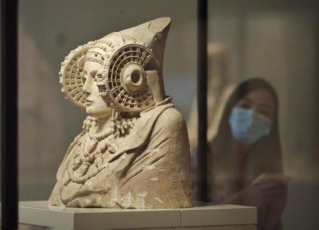 Una mujer observa la escultura de La Dama de Elche en el Museo Arqueológico Nacional de Madrid.