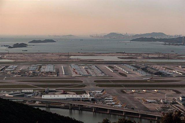 Vista general del aeropuerto de Hong Kong (Imagen de archivo)