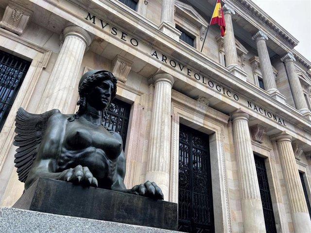 Una de las esfinges aladas que flanquean la entrada principal del Museo Arqueológico Nacional (MAN), en Madrid (España) a 29 de enero de 2020.
