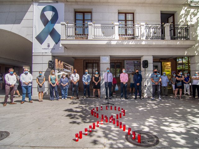 Miembros del Ayuntamiento de Torrejón guarda un minuto de silencia en repulsa por el asesinato machista conocido ayer en la localidad
