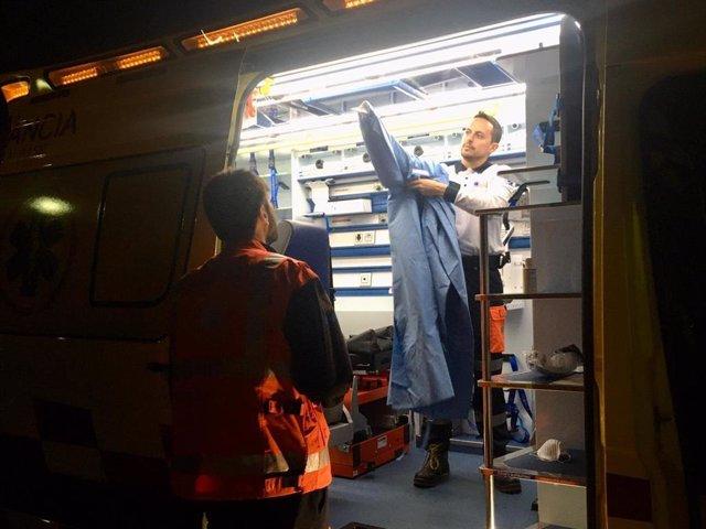 Un sanitario se prepara para atender a domicilio un posible caso de coronavirus.
